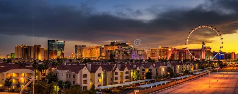Panorama de coucher du soleil au-dessus des casinos sur la bande de Las Vegas photos libres de droits