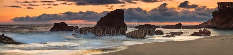 Panorama de coucher du soleil de crique en bois photos stock