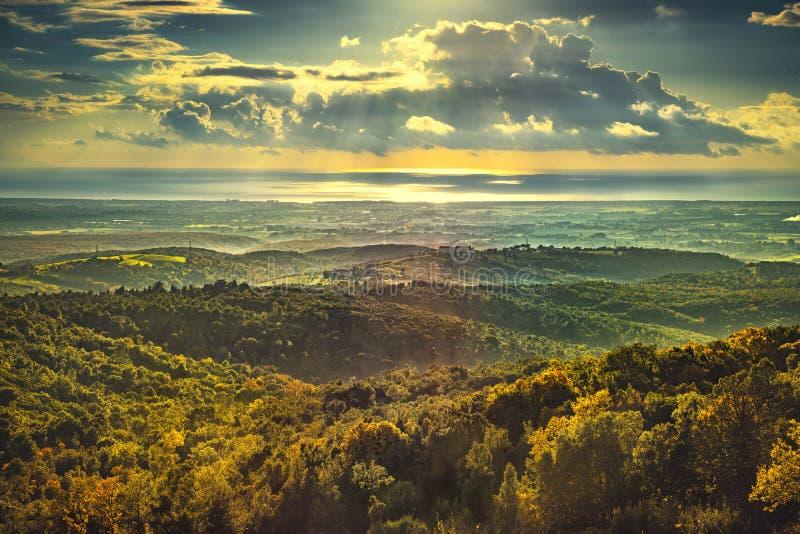 Panorama de coucher du soleil de Maremma Campagne, collines et mer sur l'horizon photos libres de droits