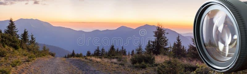 Panorama de coucher du soleil en montagnes carpathiennes avec une route de gravier dedans image stock