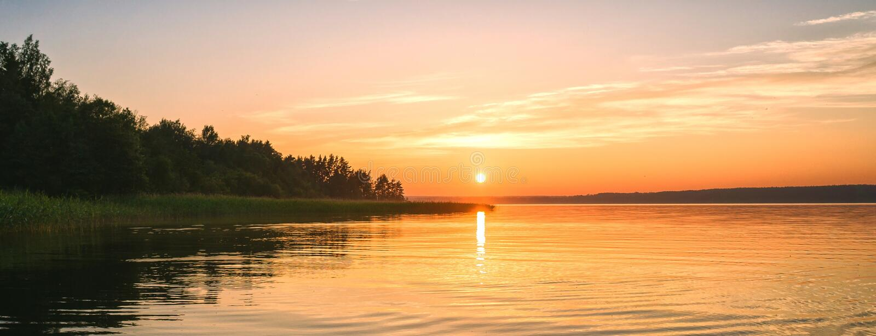 Panorama de coucher du soleil de fond sur le lac photo libre de droits
