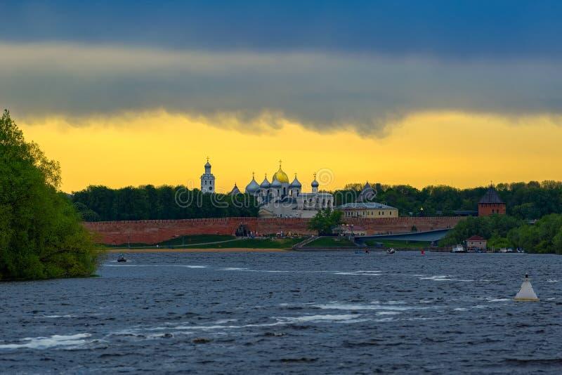 Panorama de coucher du soleil de rivière Volkhov et Kremlin, Veliky Novgorod, R image libre de droits