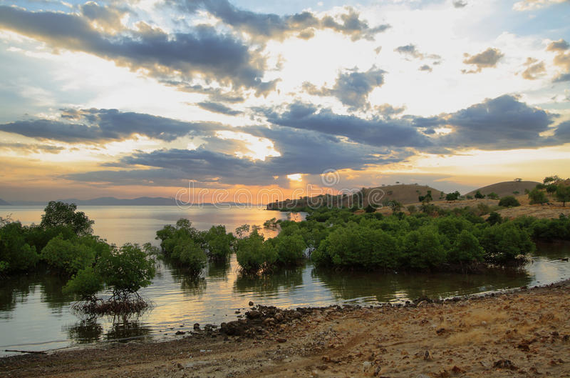 Panorama de coucher du soleil sur l'île tropicale de Seraya photos libres de droits