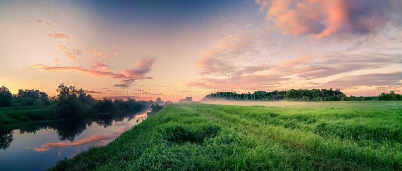 Panorama de coucher du soleil sur la rivière et le champ photos libres de droits