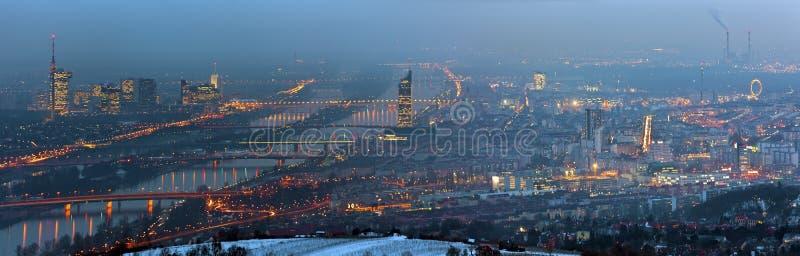 Panorama de Danubio azul Viena en la noche brumosa en w fotografía de archivo libre de regalías