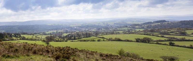 Panorama de Dartmoor regardant à travers le village de Moretonhampstead photographie stock libre de droits