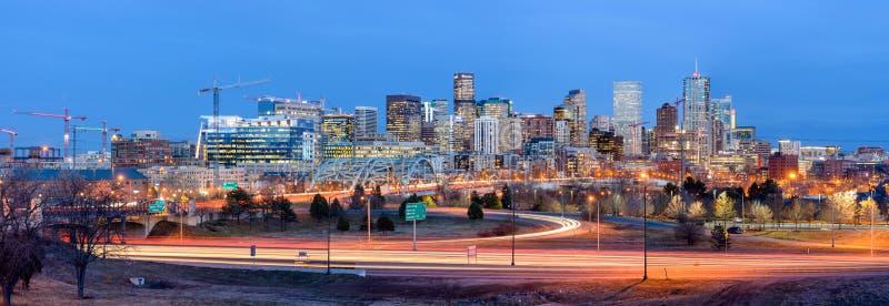 Panorama de Denver Skyline en la oscuridad imagen de archivo libre de regalías