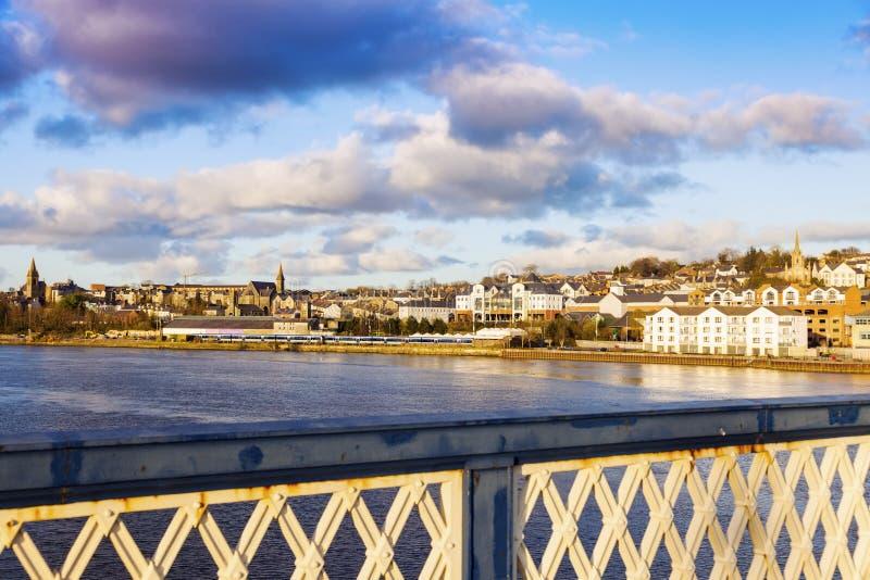 Panorama de Derry da ponte de Craigavon fotografia de stock