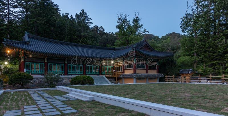 Panorama de edificios dentro del complejo budista coreano del templo de Woljeongsa El condado de Pyeongchang, provincia de Gangwo imagenes de archivo