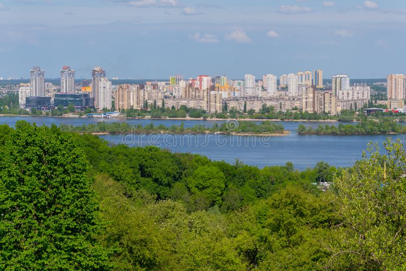 Panorama de edificios de varios pisos en la orilla del río de Dnipro debajo del cielo azul kiev ucrania fotos de archivo