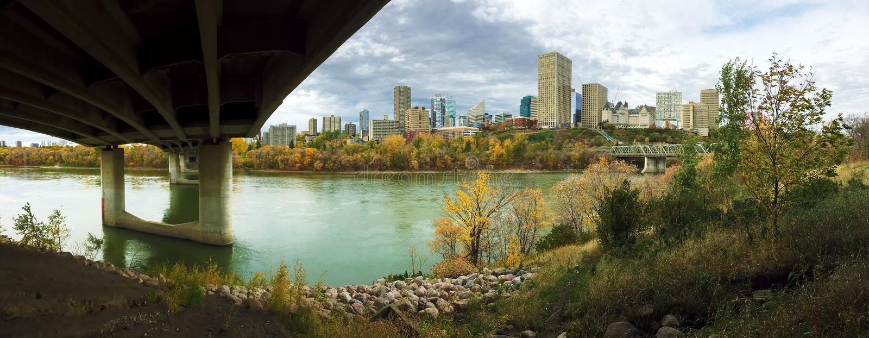 Panorama de Edmonton, Canadá com o álamo tremedor colorido na queda fotos de stock