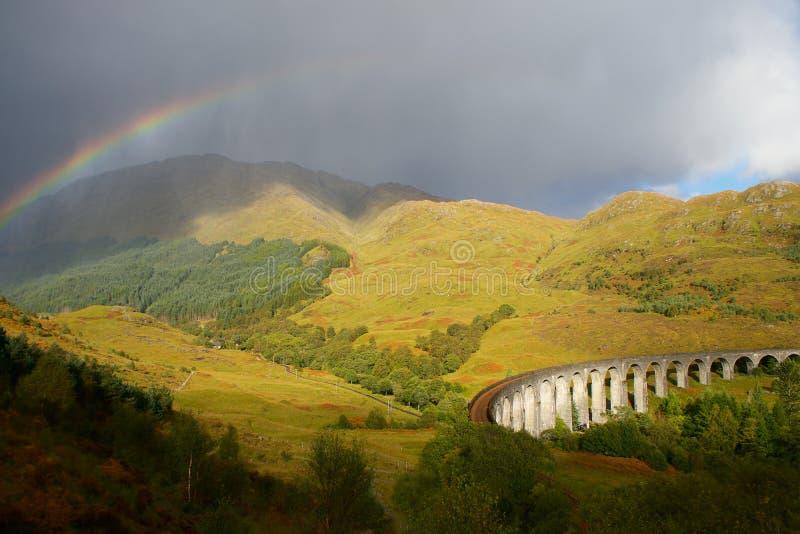 Panorama de Escócia do viaduto de Glenfinnan com o arco-íris extremamente largo em Grâ Bretanha foto de stock royalty free