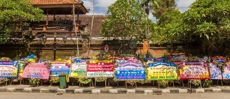 Panorama de felicitações enormes do casamento no palácio de Ubud imagens de stock