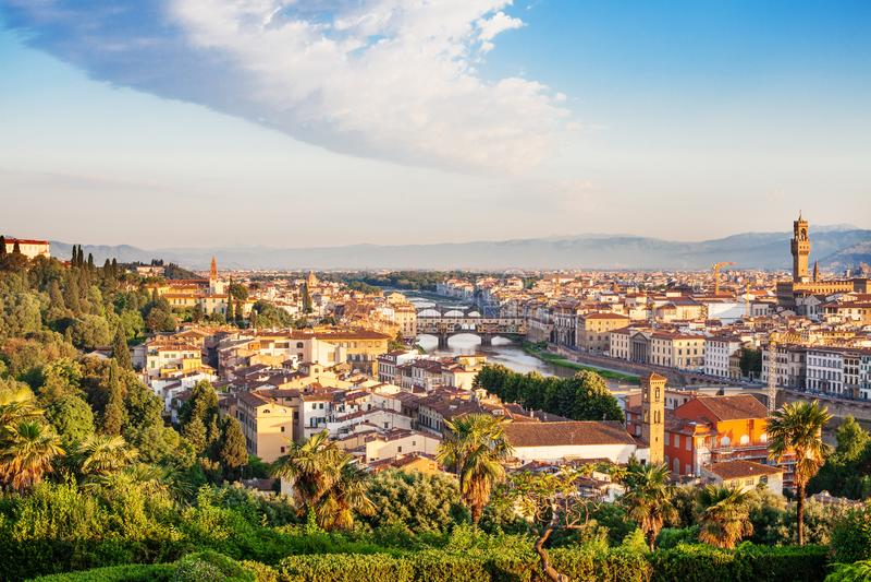 Panorama de Florence Italy Points de repère de Firenze Horizon Florence avec le ciel, l'architecture et le pont en pierre Ponte V photographie stock libre de droits