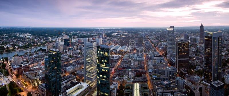 Panorama de Francoforte no crepúsculo fotos de stock royalty free
