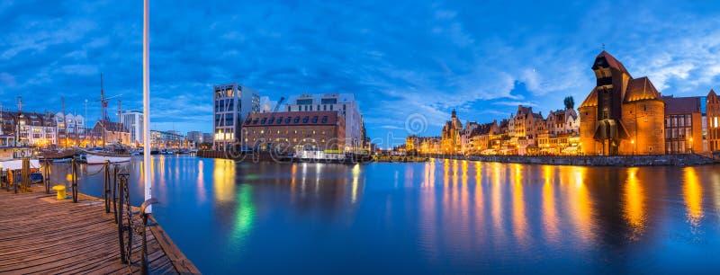 Panorama de Gdansk sobre o rio de Motlawa no crepúsculo, Polônia foto de stock