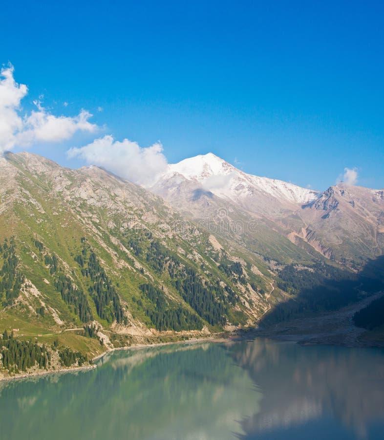 Panorama de grand lac Almaty dans ZaIli Alatau image stock