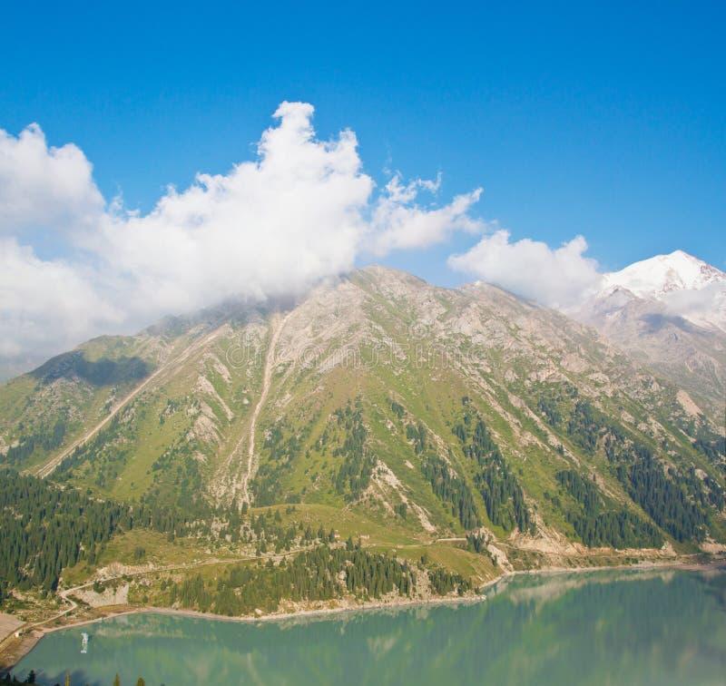 Panorama de grand lac scénique spectaculaire Almaty photos libres de droits