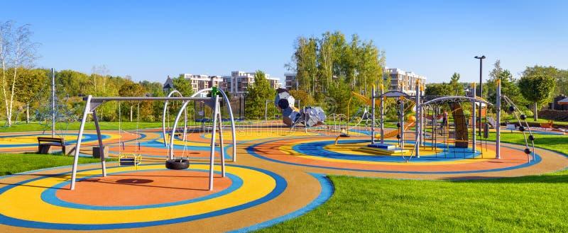 Panorama de grand terrain de jeu coloré en parc de ville image libre de droits