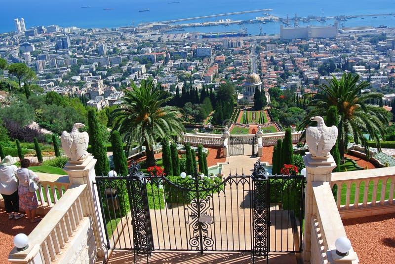 Panorama de Haifa e vista dos jardins de Bahai e do templo de Bahai israel foto de stock