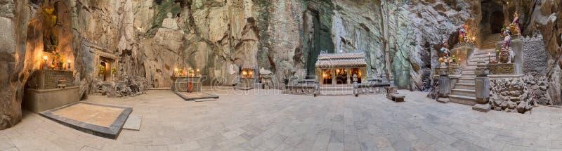 Panorama de Huyen Khong Cave avec des tombeaux, montagnes de marbre, Vietnam photos stock