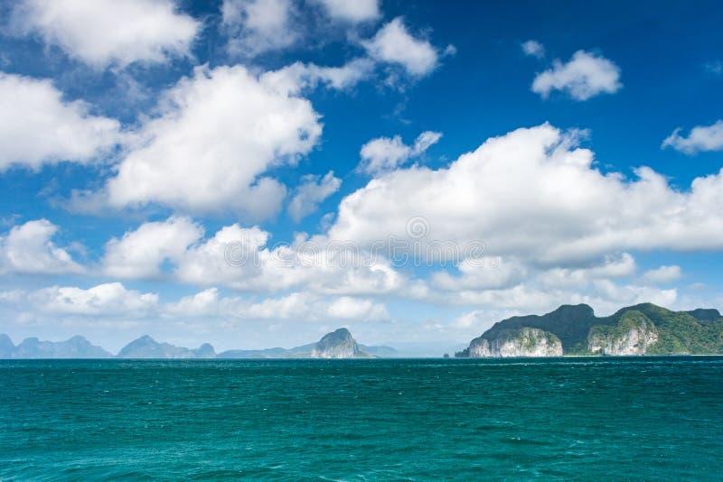Panorama de ilhas pequenas na região do nido do EL de arquipélago de Palawan nas Filipinas fotos de stock