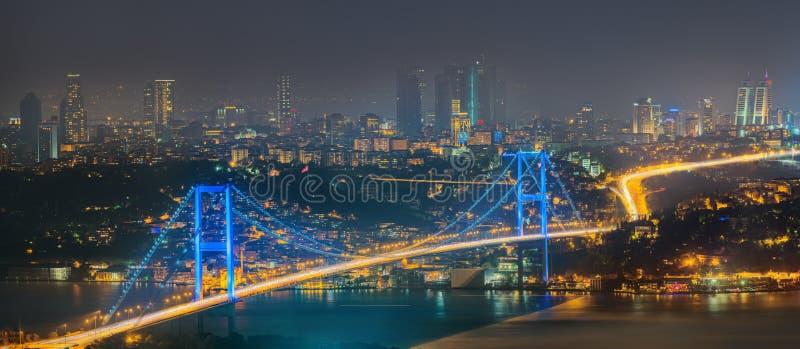 Panorama de Istambul e de Bosporus na noite imagem de stock