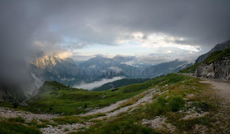Panorama de Julian Alps dans le temps de coucher du soleil pris de la route de Mangart, Julian Alps, Slovénie, parc national de T photos stock