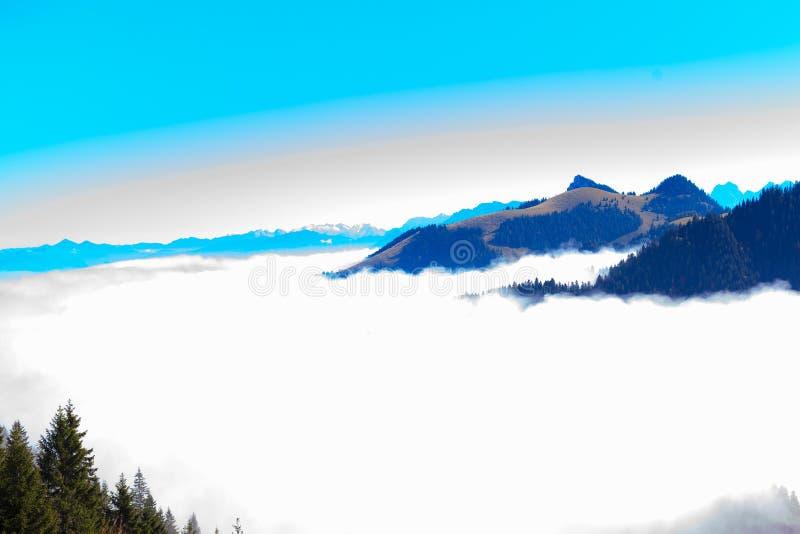 Panorama in de Kaiser-bergen in Tirol in Oostenrijk stock afbeeldingen