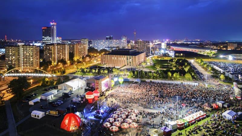 Panorama de Katowice la nuit pendant un concert consacré au image stock
