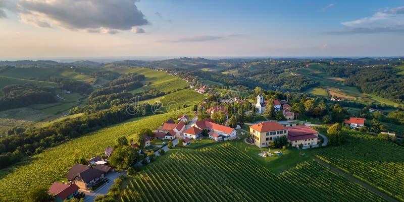 Panorama de Kog - pueblo en las colinas al noreste del ¾ de OrmoÅ en Eslovenia del noreste fotos de archivo libres de regalías