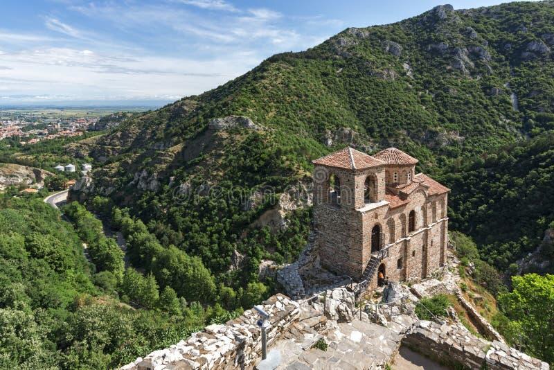 Panorama de l'église de la mère sainte de Dieu en montagne de forteresse et de Rhodopes du ` s d'Asen, Asenovgrad, Bulgarie photo libre de droits