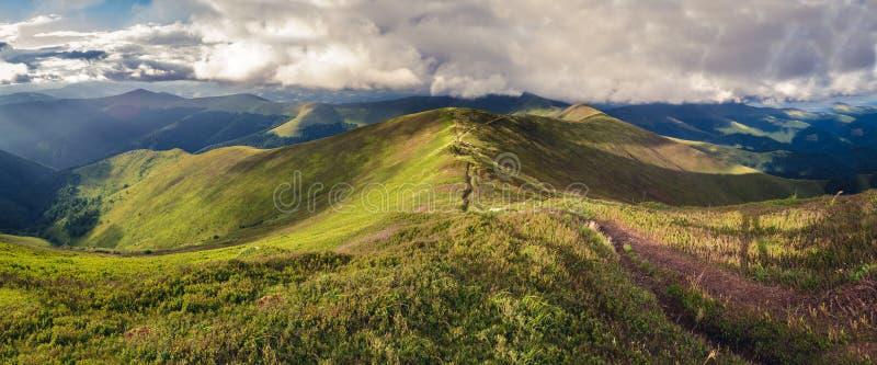 Panorama de l'arête de Borzhava des montagnes carpathiennes ukrainiennes photographie stock libre de droits