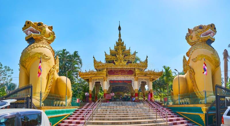 Panorama de l'entrée de temple de Ngar Htat Gyi Bouddha, Yangon, Myanma images stock
