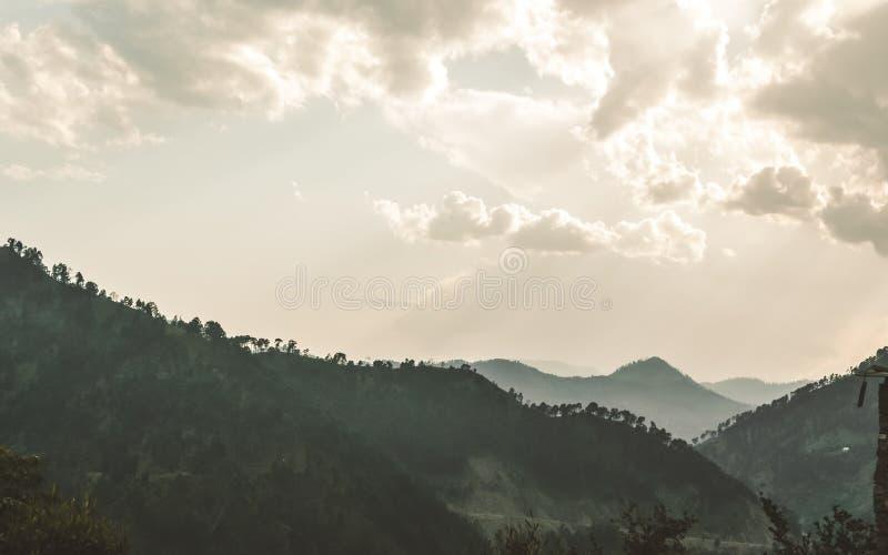 Panorama de l'hiver Annapurna, vall?e de montagne du N?pal en nuage et brouillard Rayon de Sun de lumi?re descendant du nuage de  photo stock