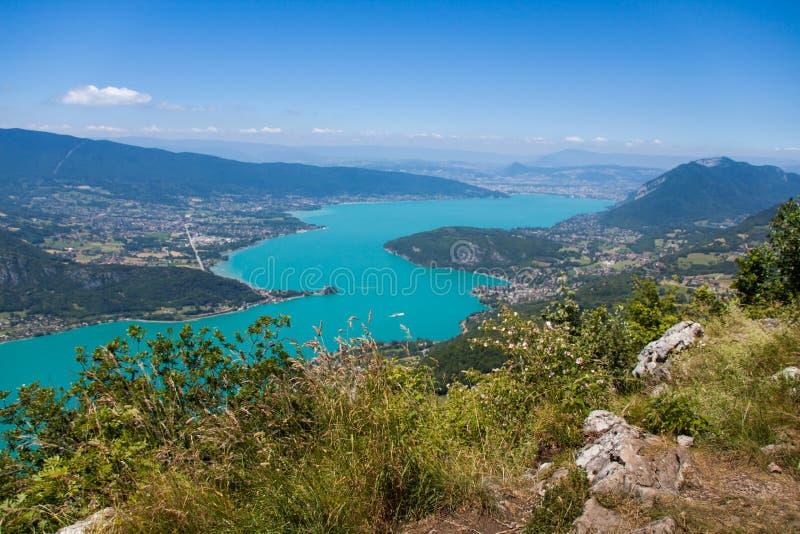Panorama de la altitud sobre el lago annecy y el valle francés del Haute Savoie en Sunny Summer Day foto de archivo