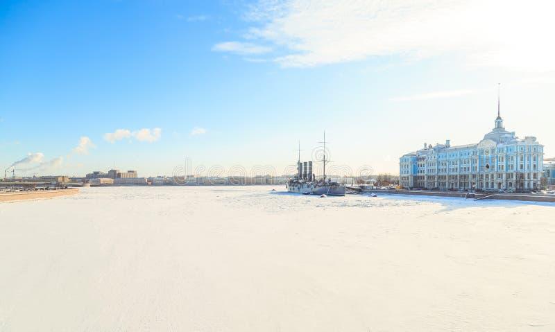 Panorama de la aurora del crucero en St Petersburg en invierno fotografía de archivo