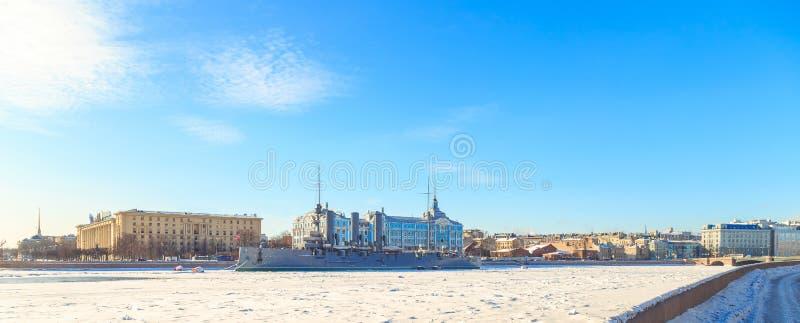 Panorama de la aurora del crucero en St Petersburg en invierno foto de archivo