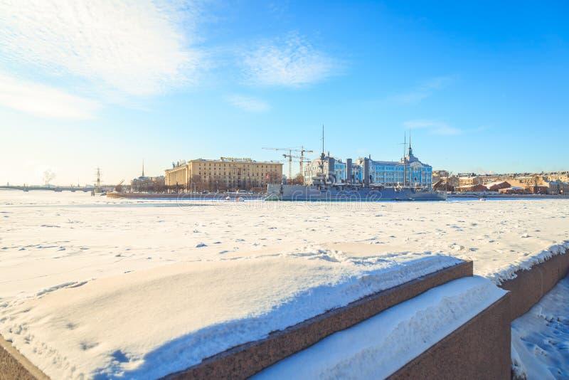 Panorama de la aurora del crucero en St Petersburg en invierno imagenes de archivo