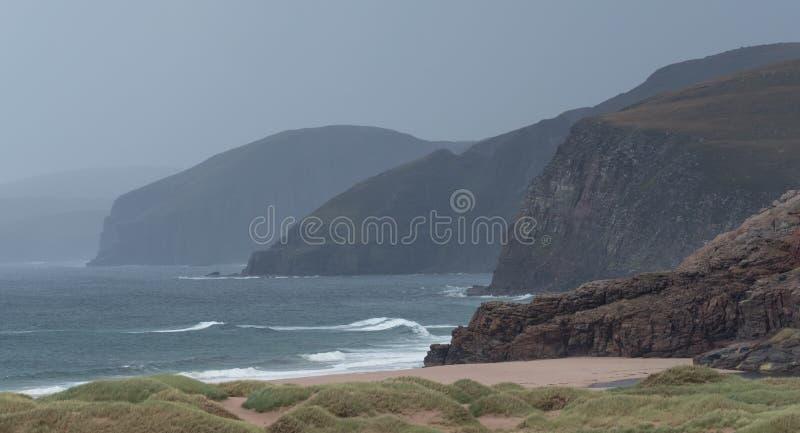 Panorama de la baie de Sandwood, montagnes de l'Ecosse Baie à distance avec le sable, les dunes et les roseaux blancs Situé sur l image stock