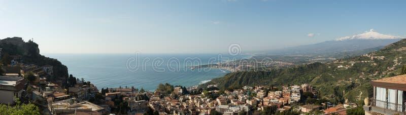 Panorama de la baie de Taormina images libres de droits