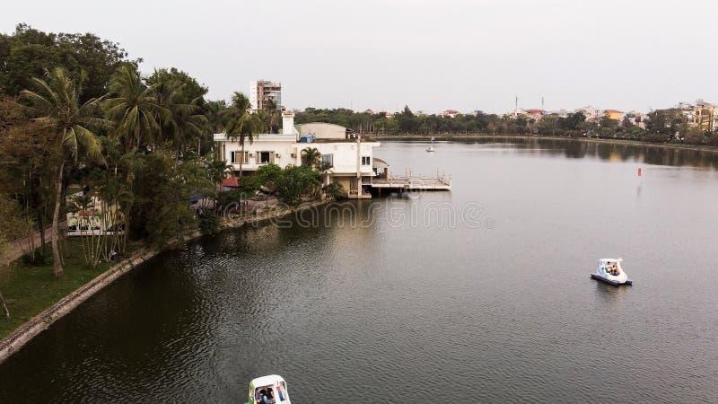 Panorama de la casa que flota en el lago foto de archivo