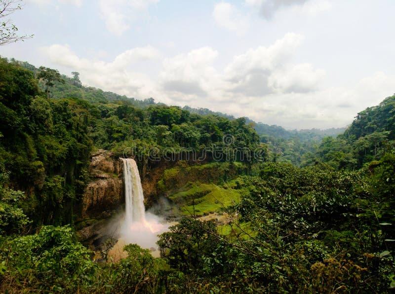 Panorama de la cascada principal de la cascada de Ekom en el río de Nkam, el Camerún foto de archivo