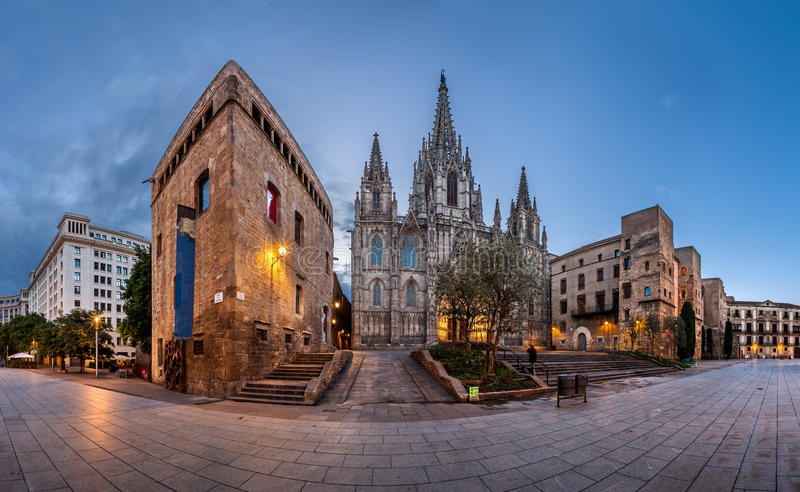 Panorama de la catedral de la cruz y del santo santos Eulalia foto de archivo