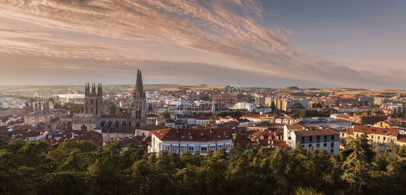 Panorama de la catedral y de la ciudad de Burgos en la salida del sol imágenes de archivo libres de regalías