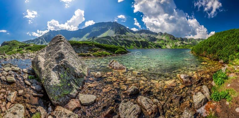 Panorama de la charca hermosa en las montañas de Tatra fotografía de archivo