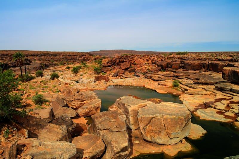 Panorama de la charca rocosa en la meseta Mauritania de Adrar fotografía de archivo libre de regalías