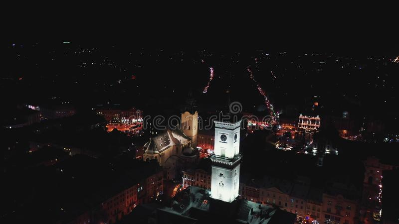 Panorama de la ciudad antigua Ciudad de Ucrania Lviv, ayuntamiento Los tejados de edificios viejos Silueta del hombre de negocios imagenes de archivo