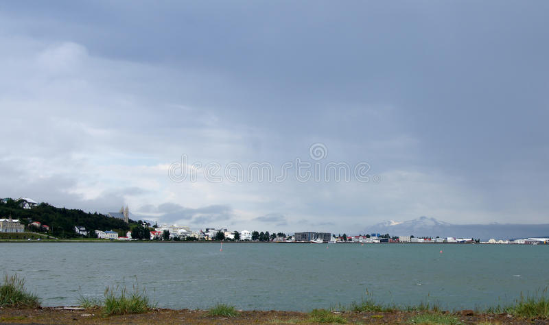 Panorama de la ciudad de Akureyri en Islandia imagenes de archivo