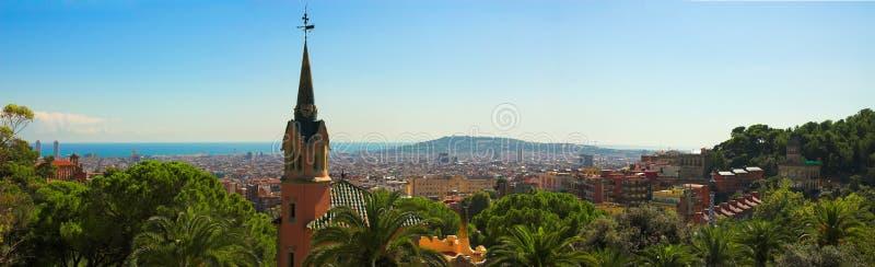 Panorama de la ciudad de Barcelona del parque Guell de Gaudi foto de archivo libre de regalías